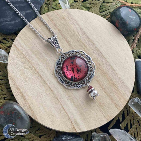 Heksen-ketting-hekserij-sieraden-pagan-bordeaux-rood-keteltje-2