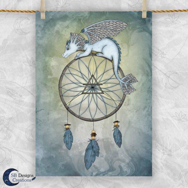 Dromenvanger Draakje Lucht Artprint A4 SBDesignsCreations Baby Draakje Fantasy Art